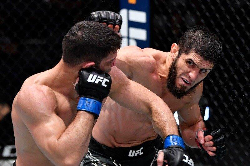 Ислам Махачев досрочно победил Тиаго Мойзеса в главном бою турнира UFC Vegas 31