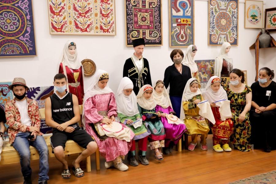 В Кайтагском районе чествовали семью талантливых художников