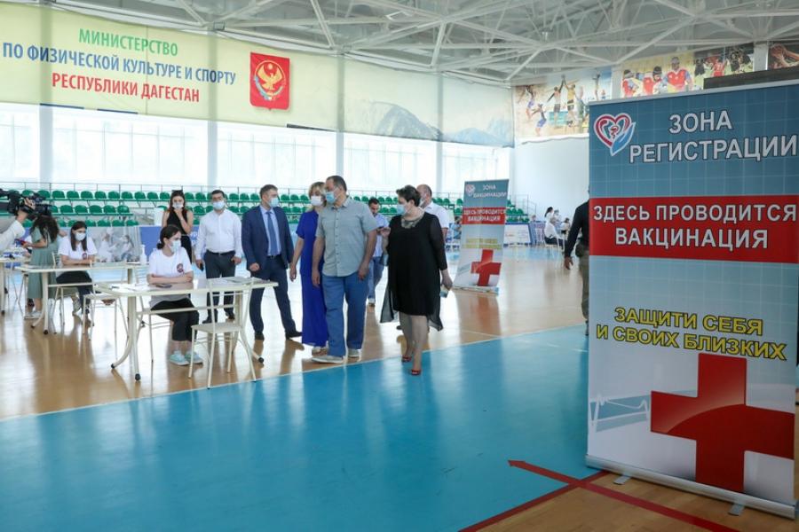 Сергей Меликов ознакомился с работой пункта вакцинации на стадионе в Махачкале