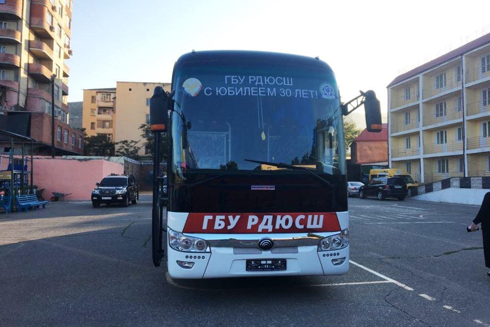 Сергей Меликов подарил новый автобус республиканской спортивной школе