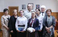Глава Дагестана вручил подарки победителям конкурса на лучшее сочинение о событиях 1999 года