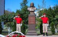 Сергей Меликов возложил цветы к памятнику Герою России Алексею Козину