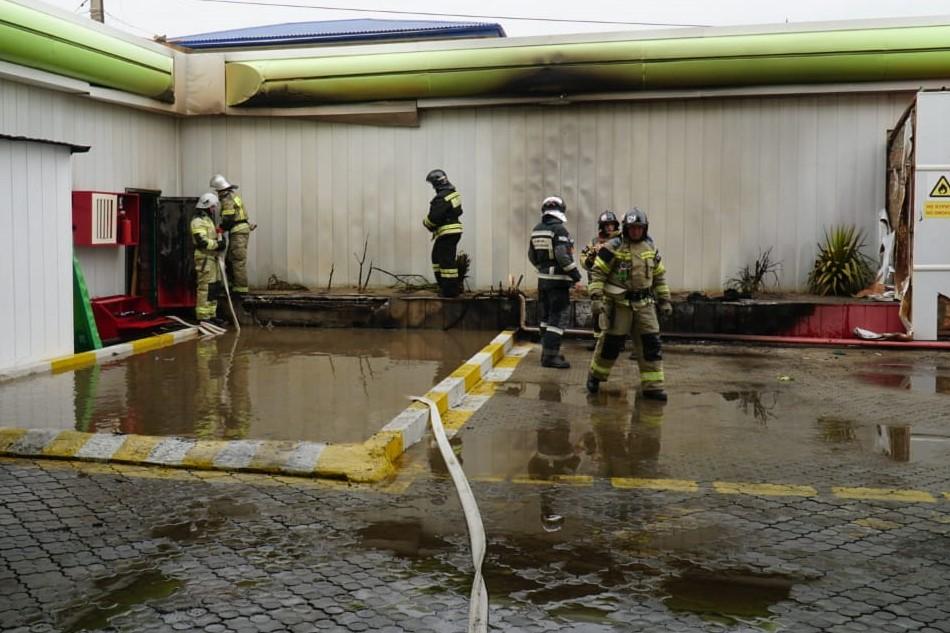 Три человека пострадали при пожаре на автозаправке в Махачкале