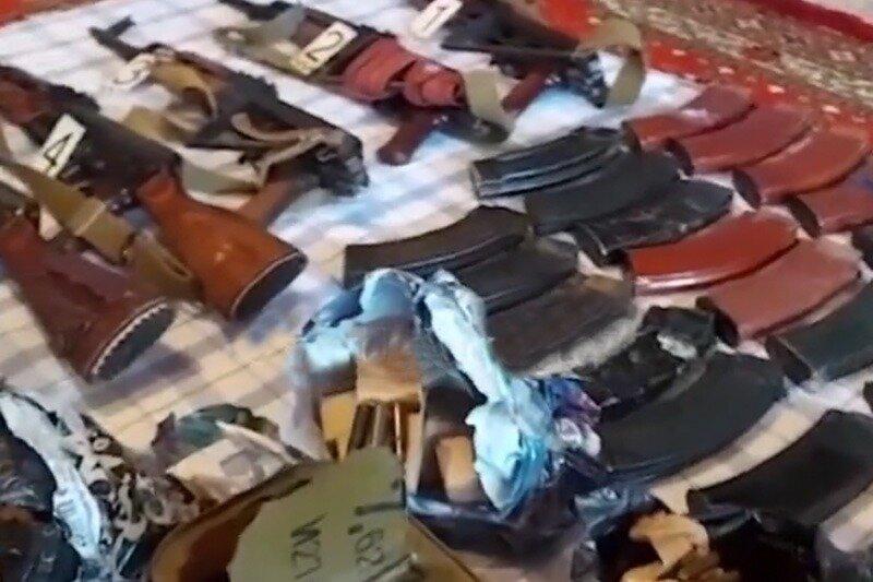 Житель Хасавюрта сдал в полицию пять автоматов Калашникова и противотанковую гранату