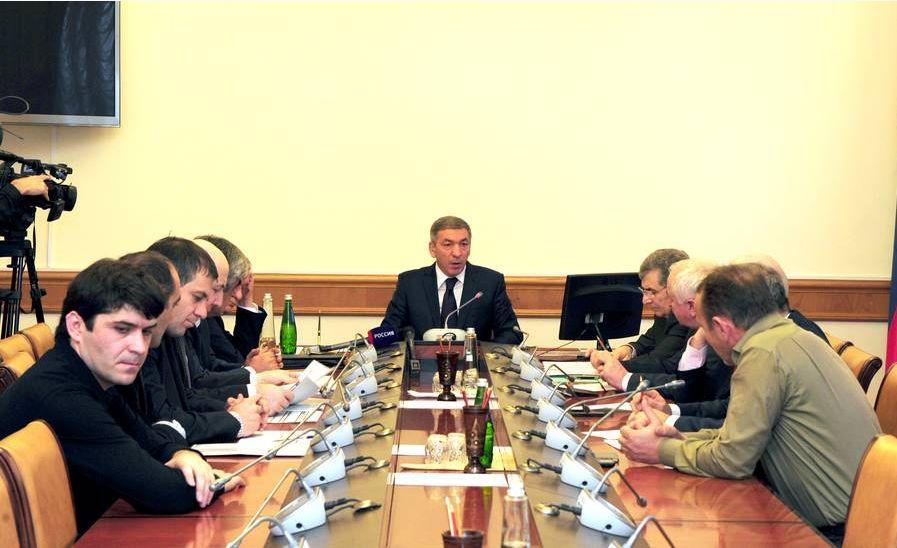 АбдусамадГамидов провел совещание по реализации программы переселения из аварийного жилищного фонда