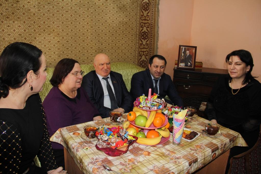 В преддверии Международного женского дня единороссы на дому поздравили ветерана труда Валентину Сечину