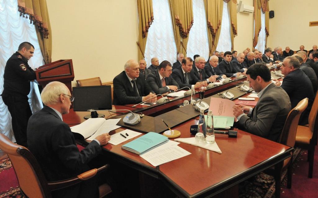 Под руководством Рамазана Джафарова прошло заседание Правительственной комиссии РД по обеспечению безопасности дорожного движения