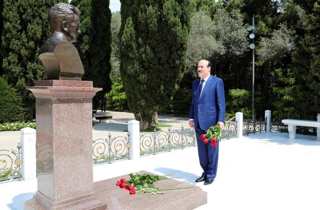 Рамазан Абдулатипов возложил цветы к захоронению общенационального лидера азербайджанского народа Гейдара Алиева