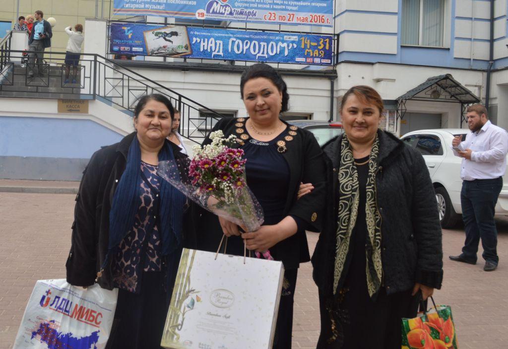Дагестанку поздравили с Международным днём семьи и наградили памятными ценными подарками