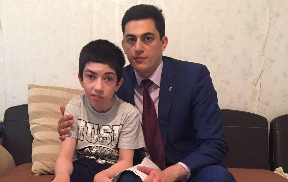 Депутат Махачкалинского горсобрания Джамал Кудаев в преддверии Дня защиты детей навестил на дому больного ребенка