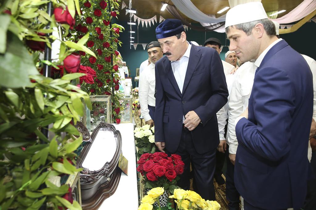 Рамазан Абдулатипов посетил священные реликвии пророка