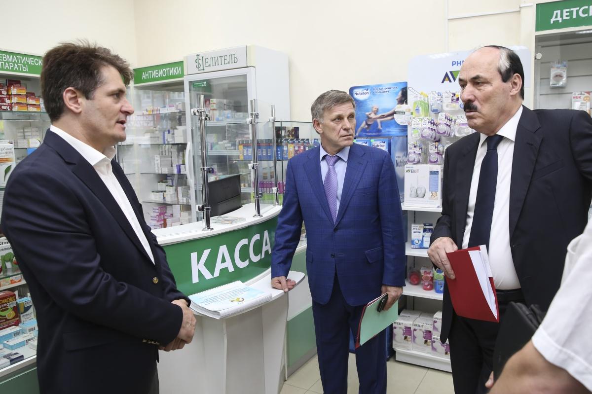Глава Дагестана Рамазан Абдулатипов посетил ряд аптечных учреждений Махачкалы