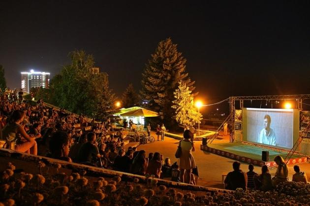 Конкурсный этап III Международного фестиваля уличного кино пройдет 19 июля на летней площадке Дагестанской государственной филармонии на Родопском бульваре в Махачкале