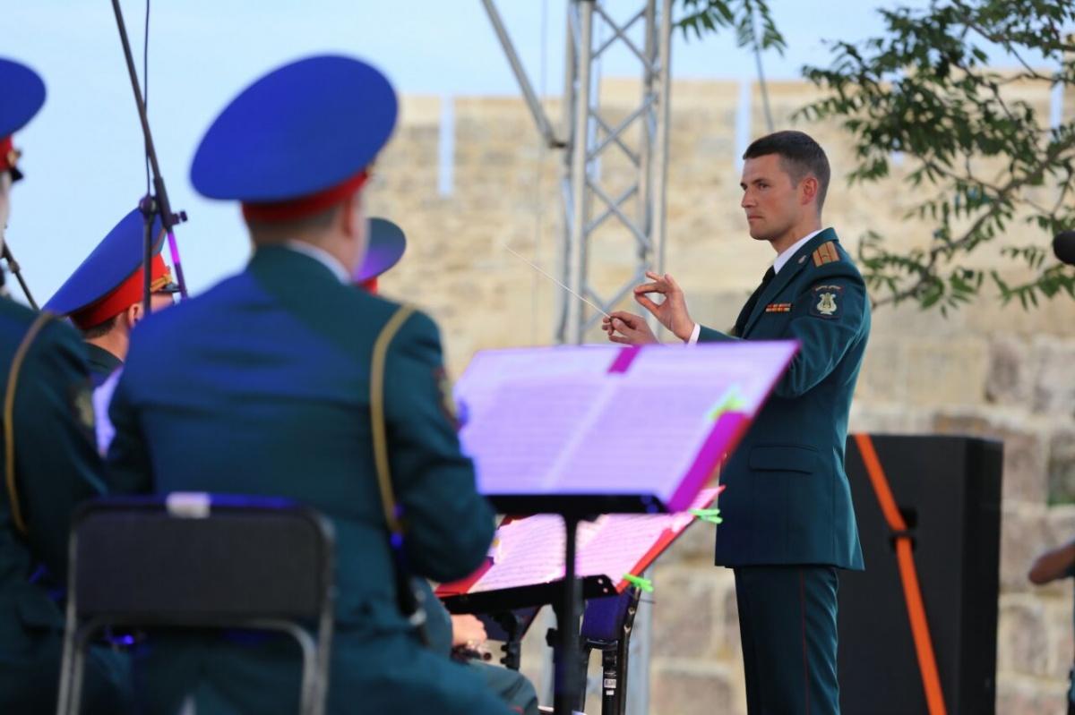 Центральный военный оркестр Минобороны РФ дал концерт в крепости Нарын-Кала