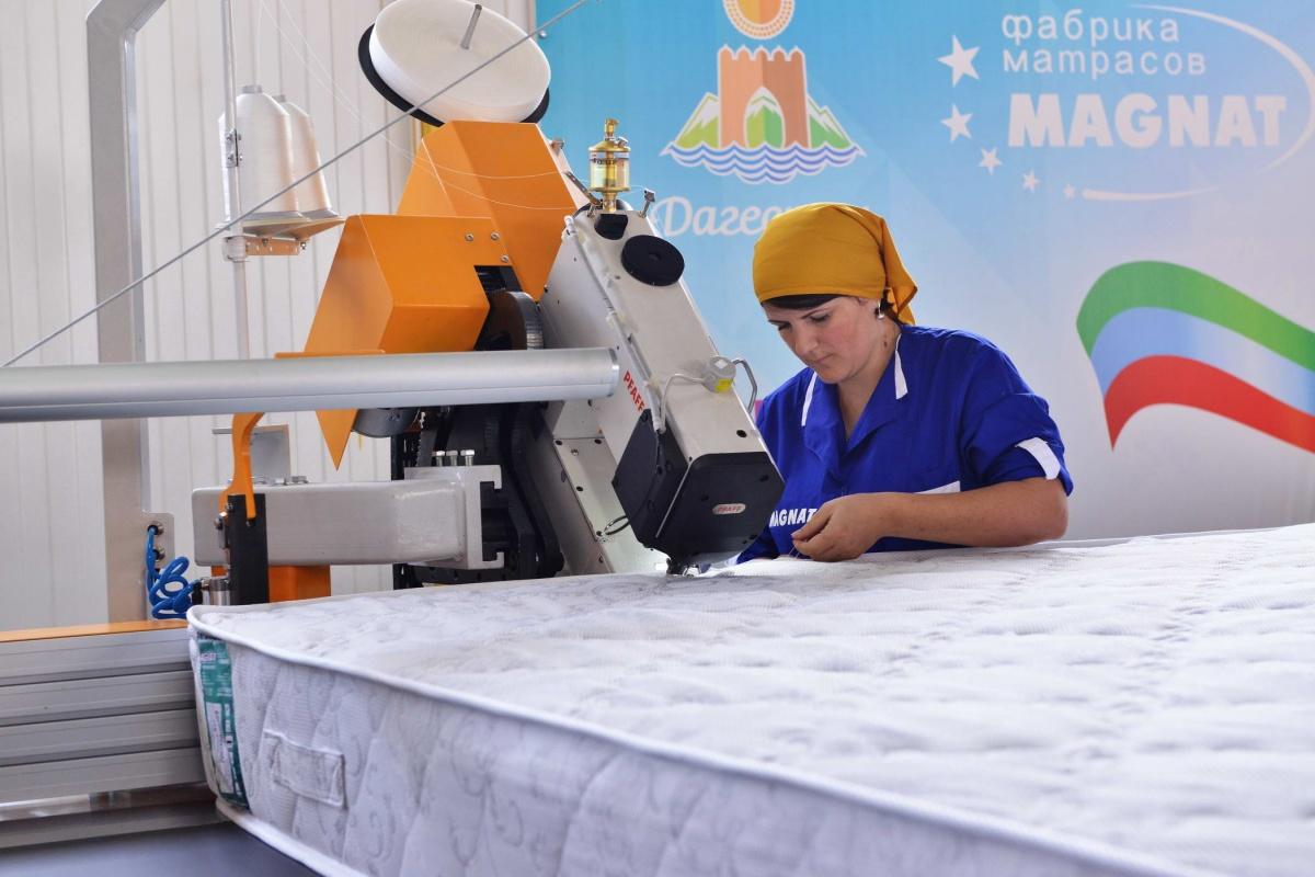 Лев Кузнецов и Абдусамад Гамидов ознакомились с работой  новой линии фабрики матрасов «Магнат»