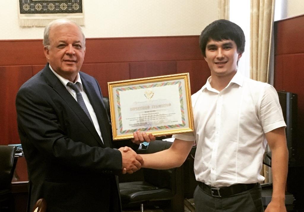 В Правительстве Дагестана наградили директора Молодёжного центра культуры
