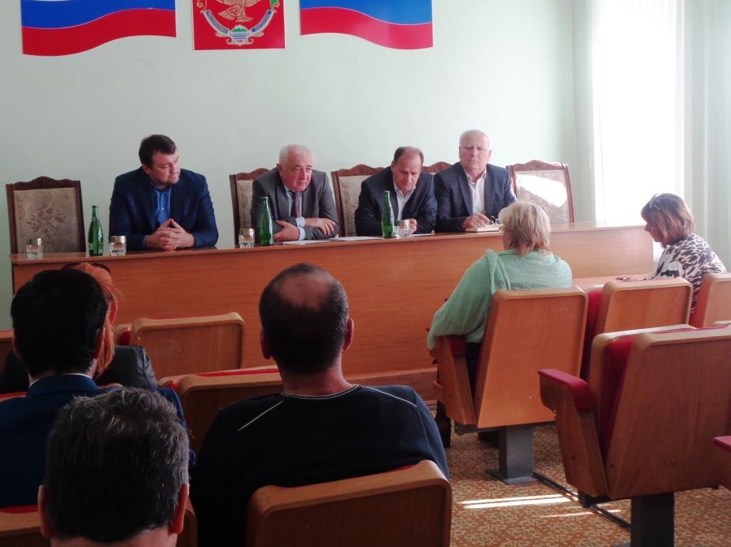 Выездной прием граждан в Дагестанских Огнях провел министр строительства, архитектуры и ЖКХ РД Ибрагим Казибеков