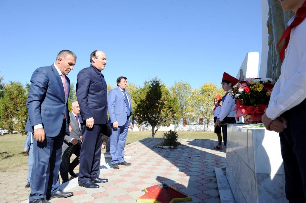 Глава Дагестана возложил цветы к памятнику дахадаевцам –защитникам Родины в годы Великой Отечественной войны