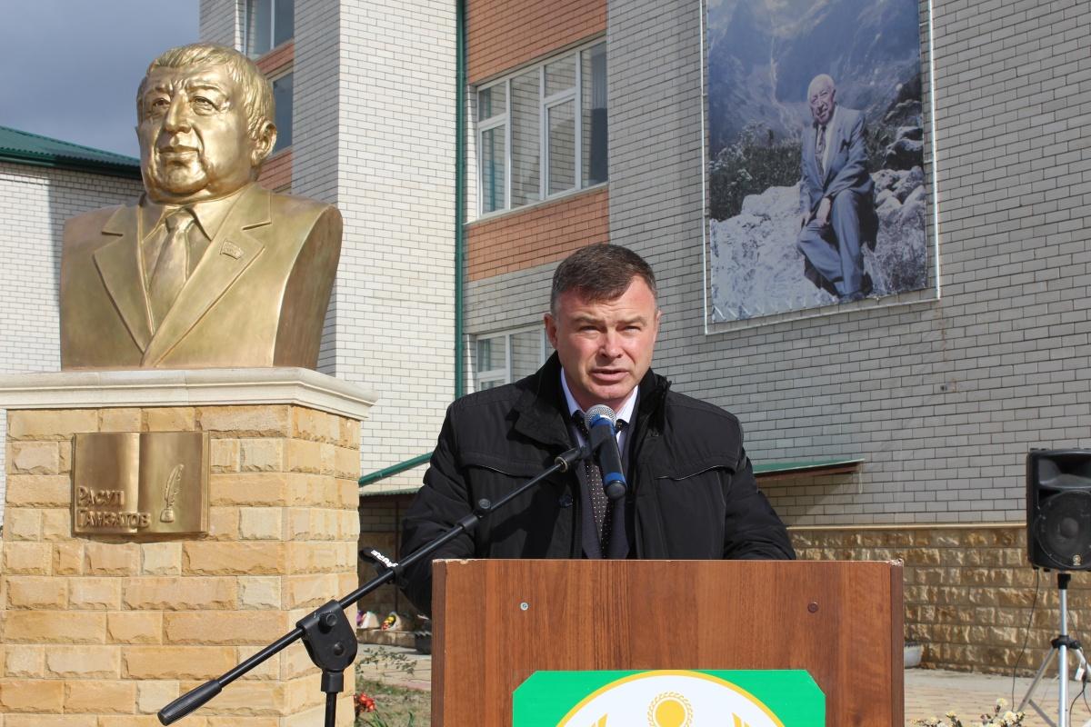 В Кизлярском районе открыли бюст Расулу Гамзатову