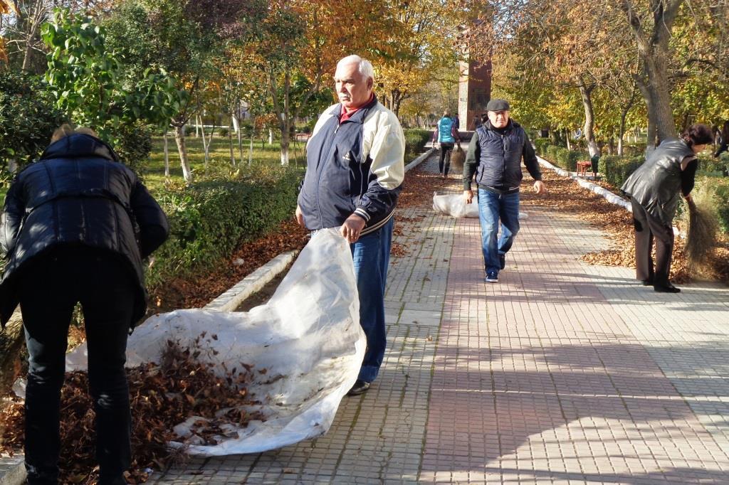 Представители городской администрации решили воспользоваться ясными днями и очисть город от скопившегося мусора