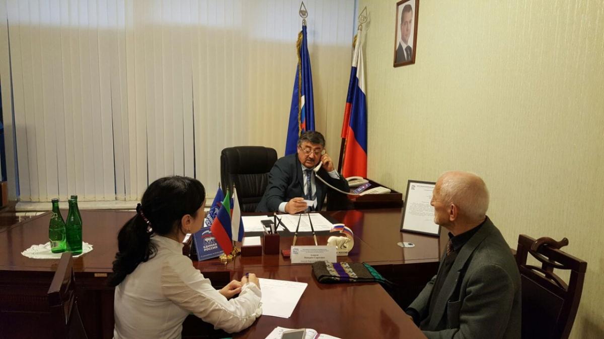Депутат Майирбег Алхасов выслушал обращения граждан в Региональной общественной приемной «ЕДИНОЙ РОССИИ»