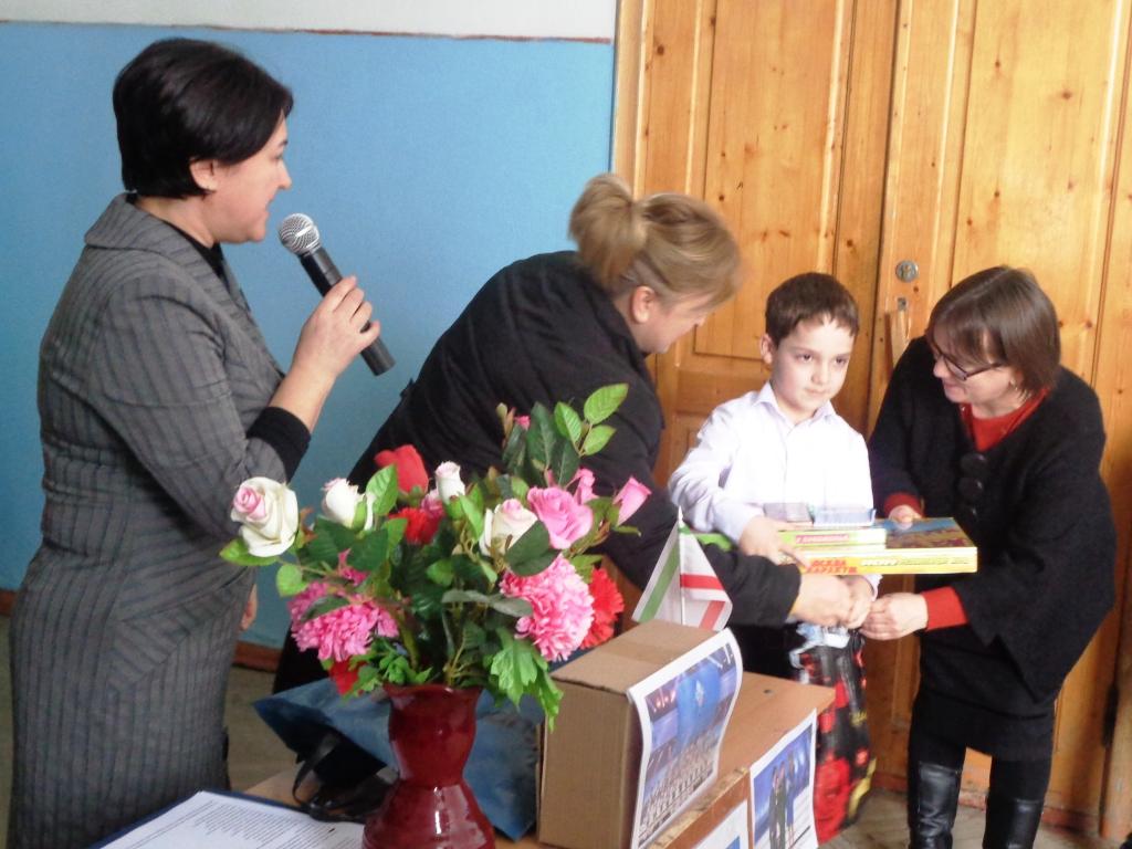 В Дагестанских Огнях чествовали первоклассника, спасшего пятилетнего ребенка