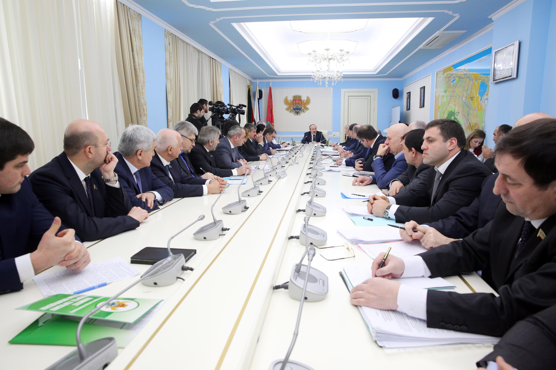 Рамазан Абдулатипов провел совещание по вопросам реализации  приоритетных проектов развития Махачкалы