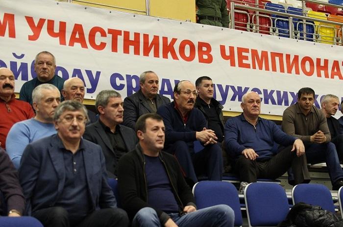 Глава Дагестана посетил волейбольный матч в Каспийске