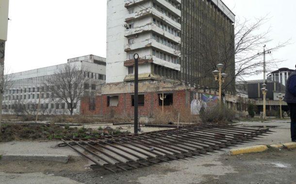 Ограждение снесли у здания Минпечати РД | Видео
