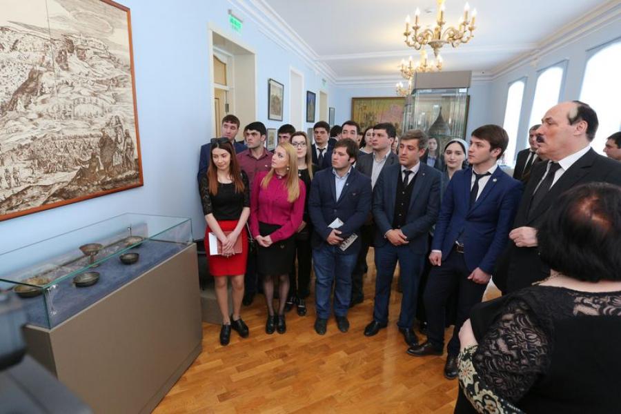 Рамазан Абдулатипов провел экскурсию по музею для дагестанской молодежи