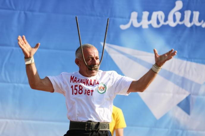 Дагестанский богатырь Омар Ханапиев установит очередной рекорд в родном Кизилюрте (видео)