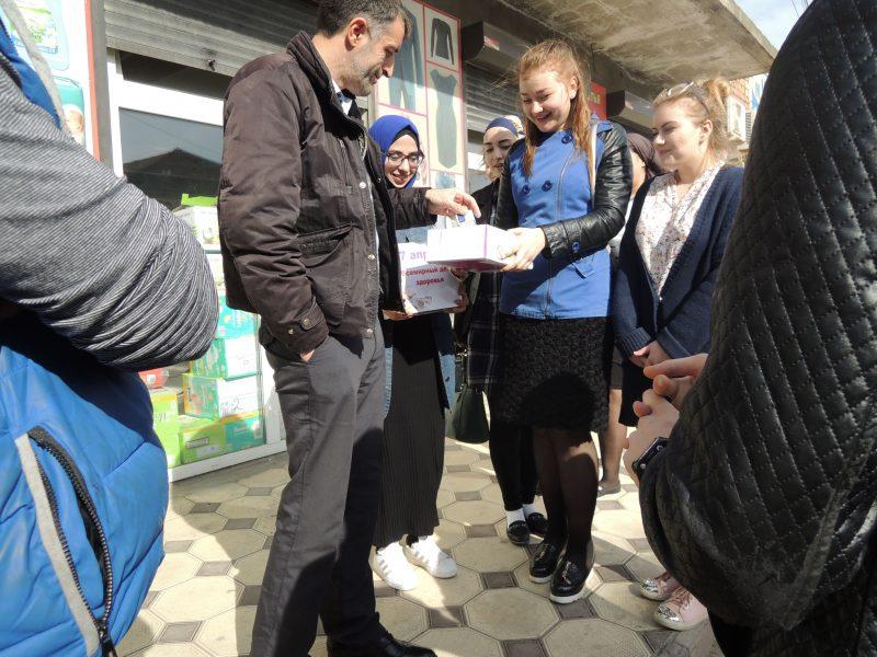 Жители Кизляра обменяли сигареты на конфеты