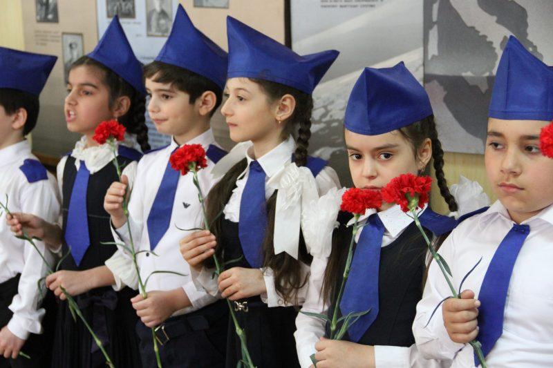 Школьников Каспийска приняли в ряды юных аметхановцев