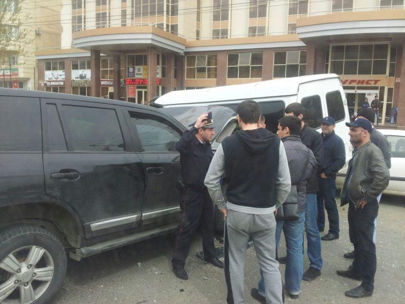 Внедорожник столкнулся с пассажирской ГАЗелью в центре Махачкалы, ранены несколько человек