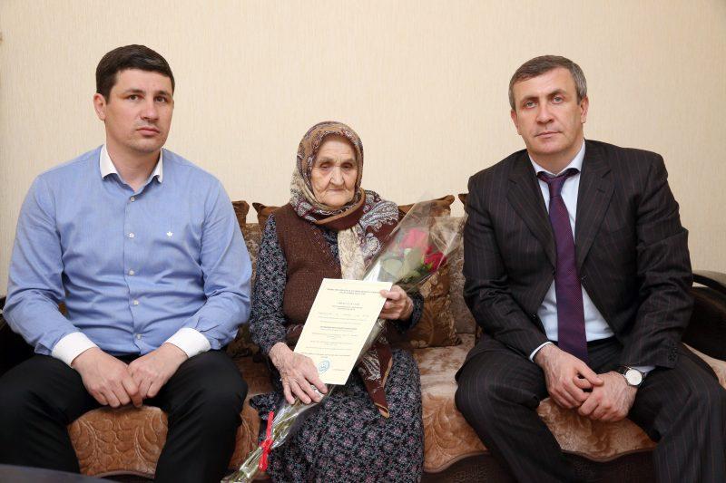 Вдова ветерана ВОВ получила сертификат на покупку дома в Махачкале
