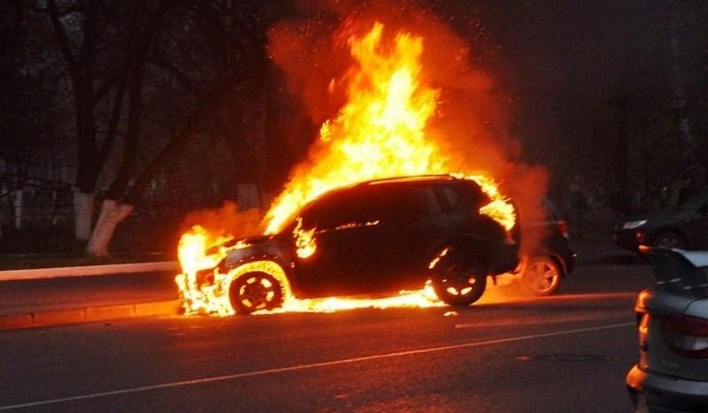 Внедорожник федерального судьи подожгли в Махачкале