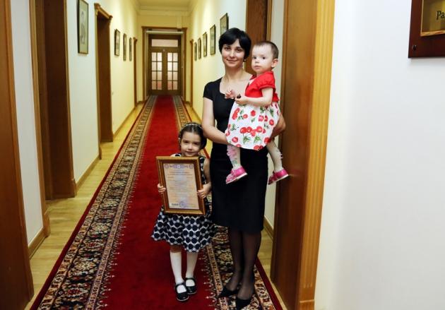 Глава Дагестана вручил семье из Махачкалы сертификат на маткапитал и автомобиль