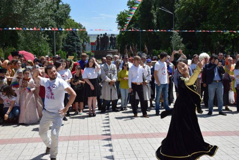Парад дружбы народов России собрал около пяти тысяч человек в Махачкале