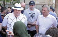 Премьер-министр встретился с жильцами сгоревшего дома в Махачкале