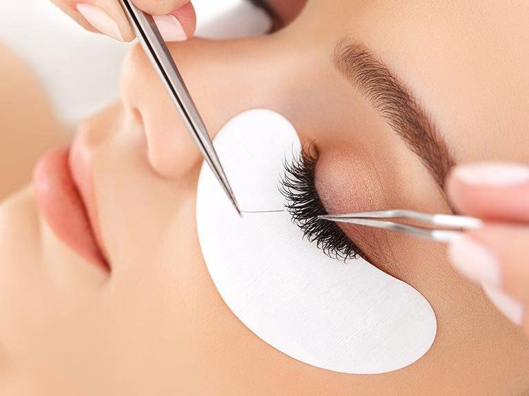 В Махачкале косметолог повредила глазное яблоко клиентки