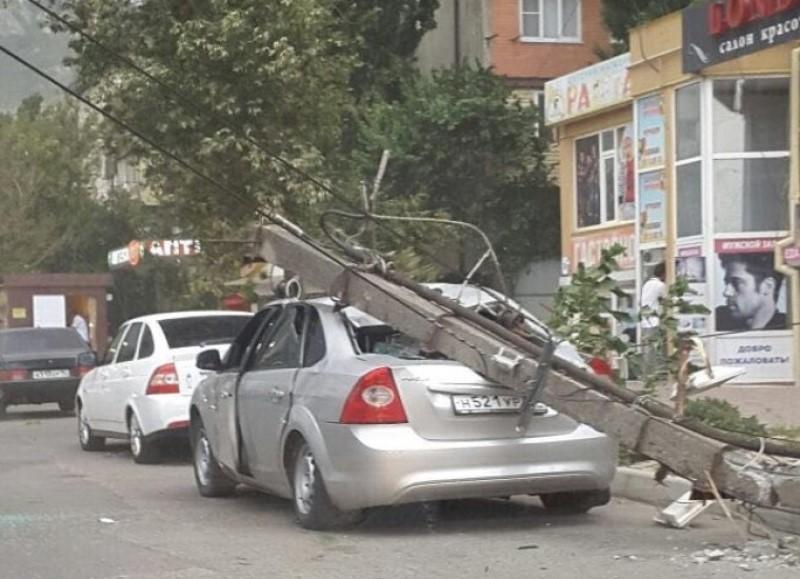 Спасатели ликвидируют последствия ураганного ветра в Махачкале