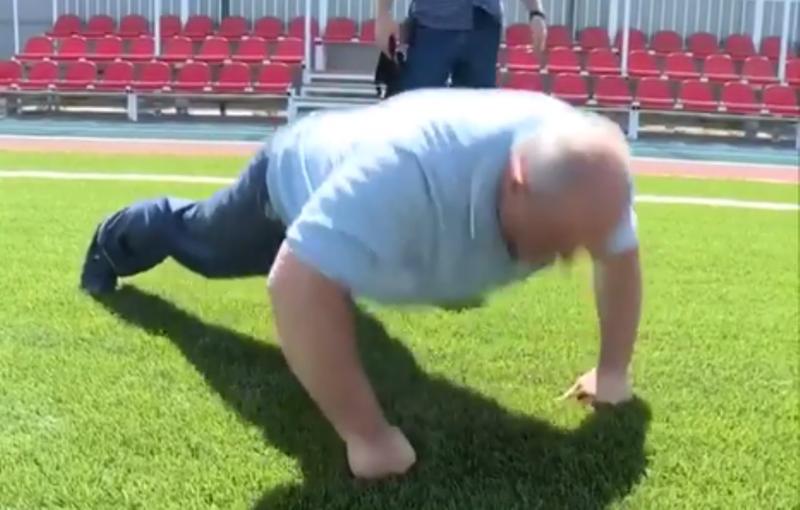 Мэр Махачкалы 20 раз отжался на новом школьном стадионе (видео)
