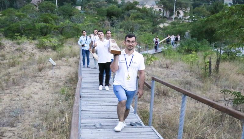 Гость из Турции обустроил экологическую тропу на бархане Сарыкум