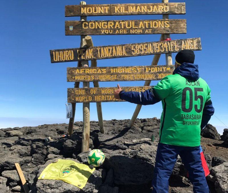 Болельщик «Анжи» покорил Килиманджаро, подняв на вершину флаг команды и футбольный мяч