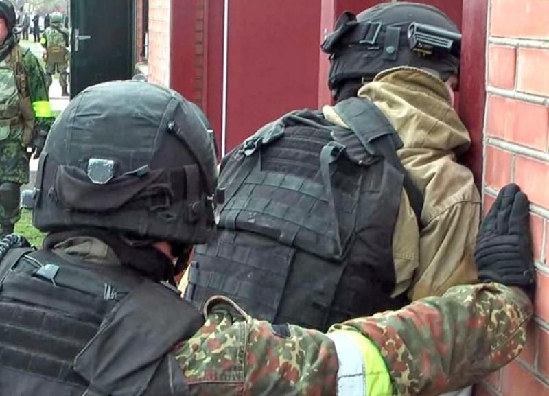 В Дагестане ликвидировали двух боевиков, ранили полицейского и нашли бомбу