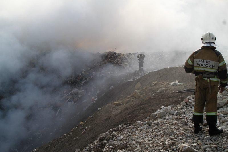 На окраине Махачкалы снова горит мусорный полигон