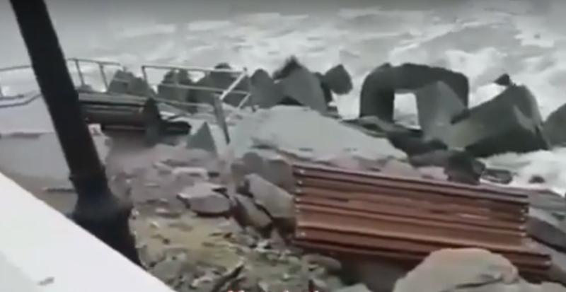 Вандалы выбросили в море скамейки с набережной Каспийска