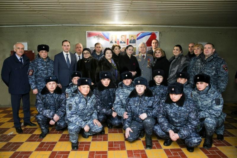 Владимир Васильев поздравил полицейских на КПП «Хушет»
