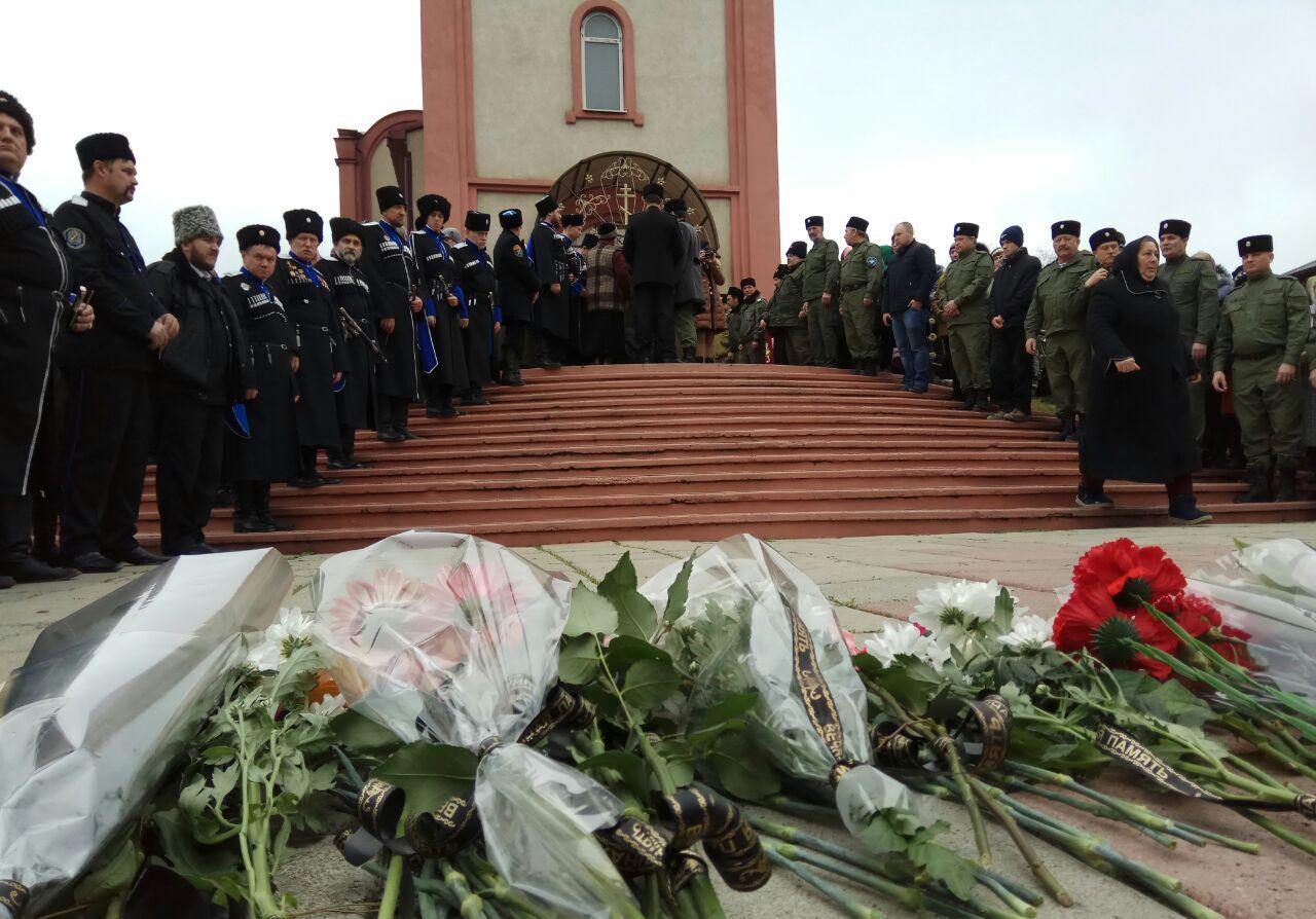 В Кизляре проходит панихида по погибшим при стрельбе у храма (текстовая трансляция)