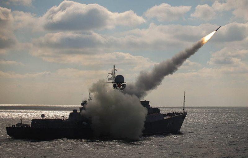 Корабли Каспийской флотилии провели учебный морской бой